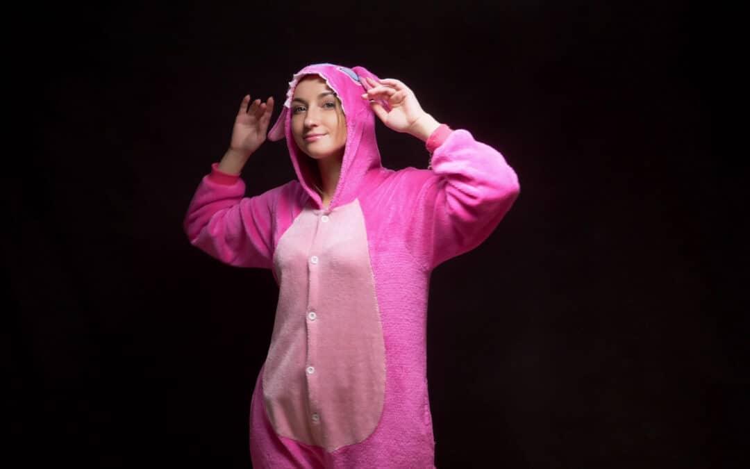 Femme avec un kigurumi rose